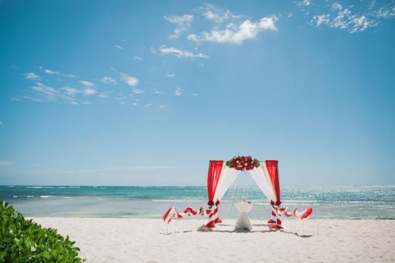 Красный, бежевый и белый. Красные цветы. Стол круглый. Крючки с фонариками – WedDesign   Свадьба в Доминикане