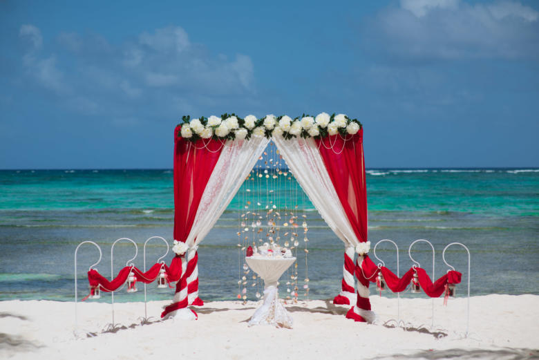 Красный и кружево. Цвeточная композиция из пионов. Стол круглый. Крючки с фонариками – WedDesign   Свадьба в Доминикане