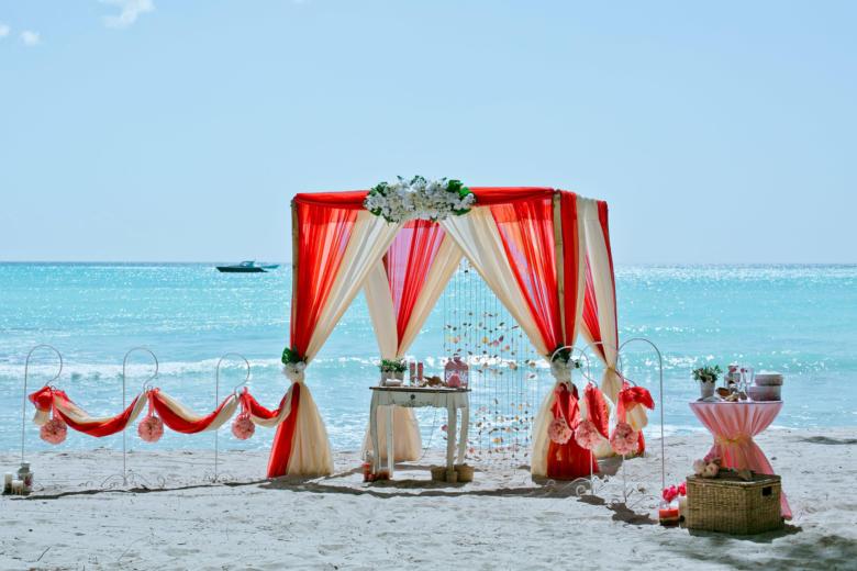 Красный и бежевый. Белые цветы. Стол старинный. Крючки с розовыми шарами – WedDesign   Свадьба в Доминикане