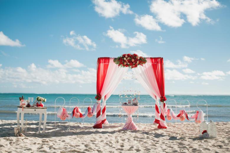Красный, розовый и белый. Красные цветы. Стол круглый. Крючки с розовыми шарами – WedDesign   Свадьба в Доминикане