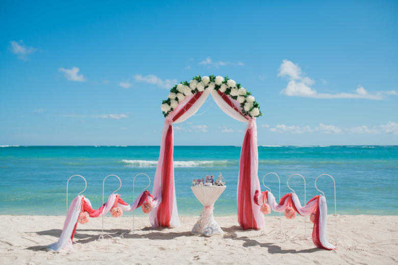 Полукруглая арка. Красный, розовый и белый. Цвeточная композиция из пионов. Стол круглый. Крючки с розовыми шарами – WedDesign   Свадьба в Доминикане