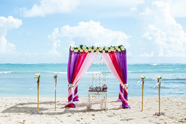 Фиолетовый, малиновый и розовый. Цвeточная композиция из пионов. Стол старинный. Факелы – WedDesign   Свадьба в Доминикане