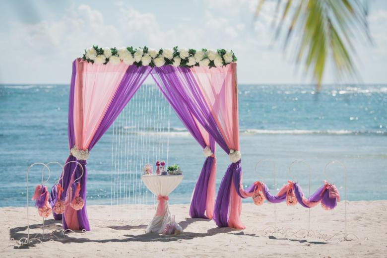 Лосось и фиолетовый. Цвeточная композиция из пионов. Стол круглый. Крючки с розовыми шарами – WedDesign   Свадьба в Доминикане