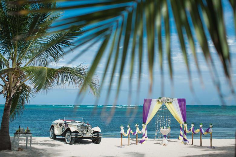 Фиолетовый, белый и желтый. Белые цветы. Стол круглый. Бамбуковая дорожка – WedDesign | Свадьба в Доминикане