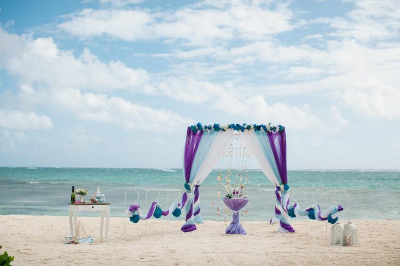 Фиолетовый, голубой и белый. Синяя цветочная композиция. Стол круглый. Крючки с синими шарами – WedDesign   Свадьба в Доминикане