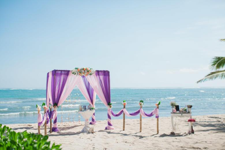 Фиолетовый и розовый. Бело-розовые цветы. Стол круглый. Бамбуковая дорожка – WedDesign | Свадьба в Доминикане