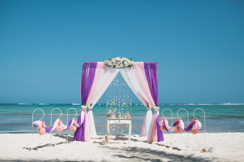 Фиолетовый, розовый и белый. Белые цветы. Стол старинный. Крючки с розовыми шарами – WedDesign   Свадьба в Доминикане