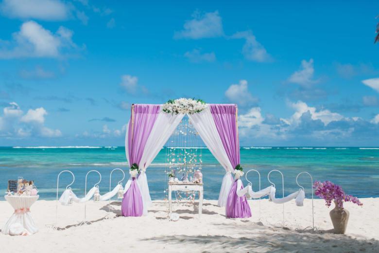Лиловый и белый. Белые цветы. Стол старинный. Крючки с фонариками – WedDesign   Свадьба в Доминикане