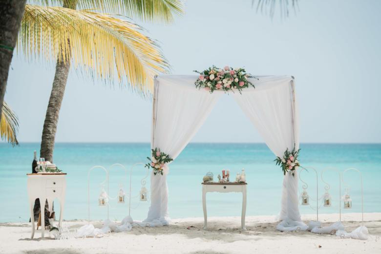 Белая арка с живыми цветами и крючками – WedDesign | Свадьба в Доминикане