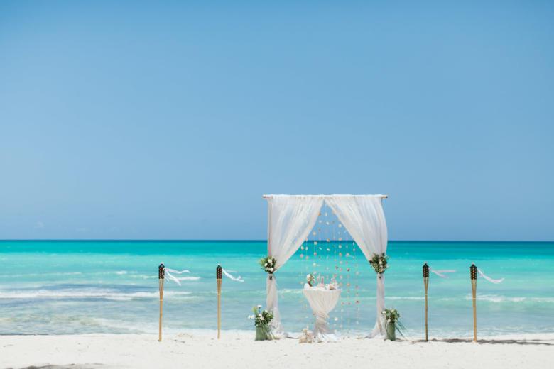 Белая кружевная арка с живыми цветами и факелами – WedDesign | Свадьба в Доминикане