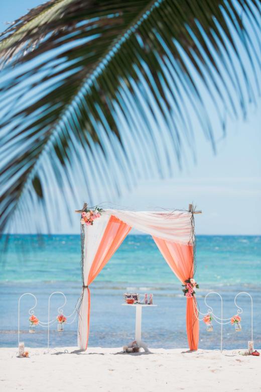 Кружево и персик. Розовые цветы. Стол круглый. Крючки с вазами – WedDesign | Свадьба в Доминикане