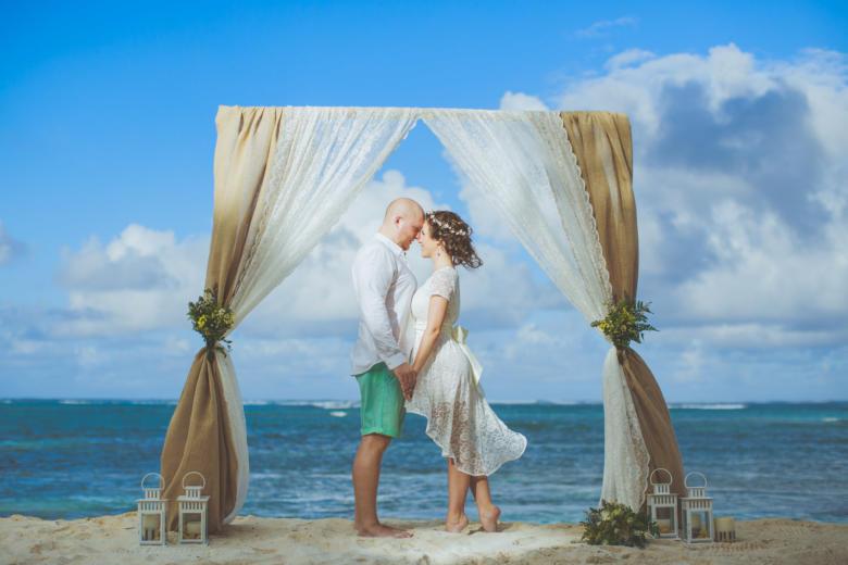 Арка из мешковины и кружева с живыми цветами – WedDesign | Свадьба в Доминикане