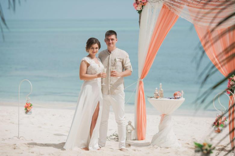 Дизайнерская персиковая свадьба с ветками на приватном пляже Александра и Оксаны | WedDesign – Свадьба в Доминикане