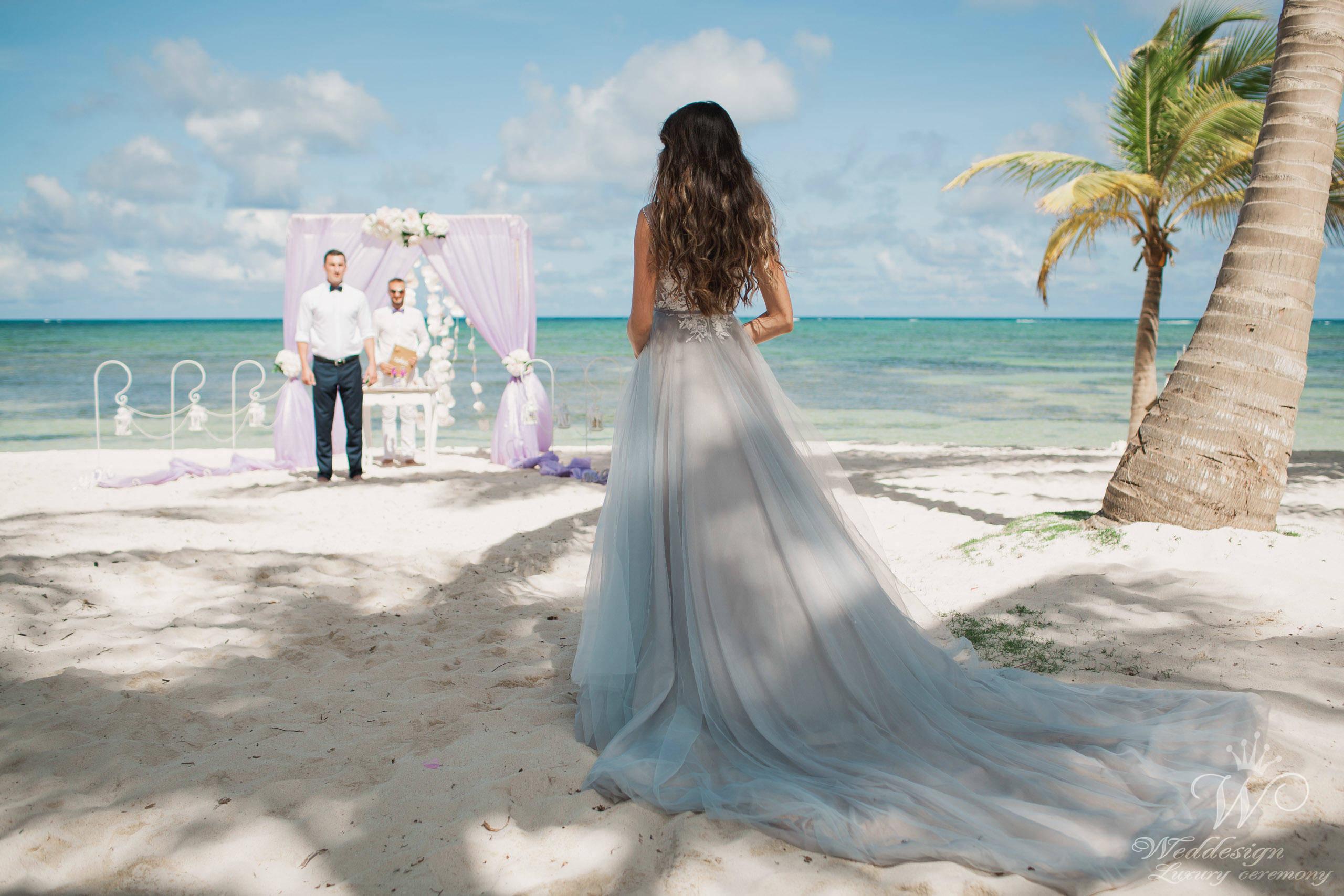 Пляжная свадьба на берегу океана: какое платье подобрать?