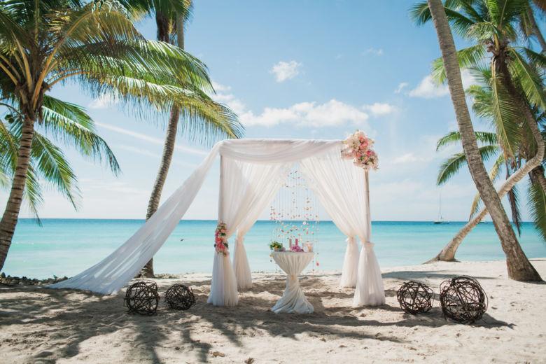Белый и пудровый. Ассиметричные розовые пушистые цветы – WedDesign | Свадьба в Доминикане