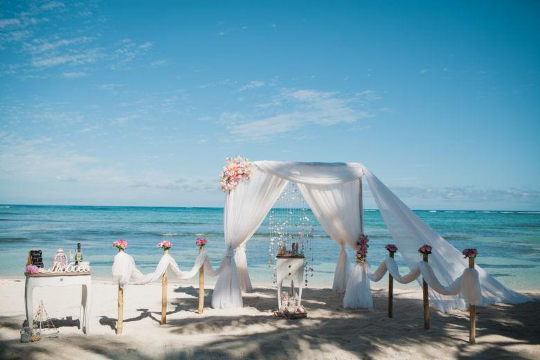 Белый и пудровый. Ассиметричные розовые пушистые цветы – WedDesign   Свадьба в Доминикане