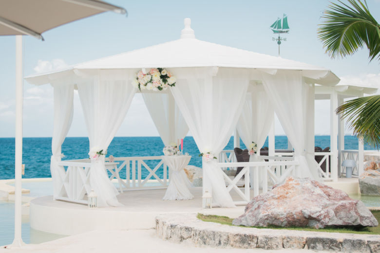Белое-розовое оформление газебо в Тракадеро – WedDesign   Свадьба в Доминикане