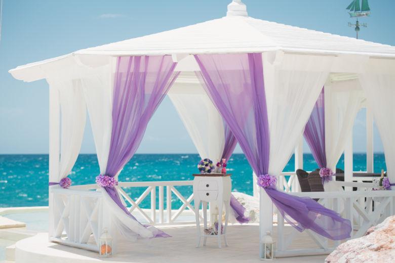 Белое и фиолетовое оформление газебо в Тракадеро – WedDesign   Свадьба в Доминикане
