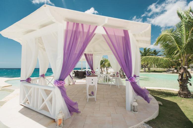 Белое и фиолетовое оформление газебо в Тракадеро – WedDesign | Свадьба в Доминикане