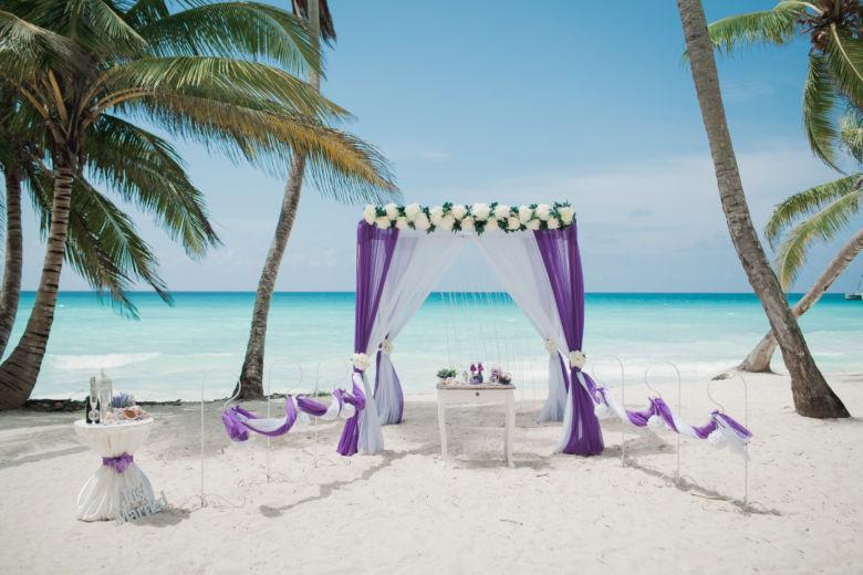 Темно фиолетовый и белый. Шторка кристаллики. Крючки с фонариками. Цветочная композиция из пионов – WedDesign | Свадьба в Доминикане