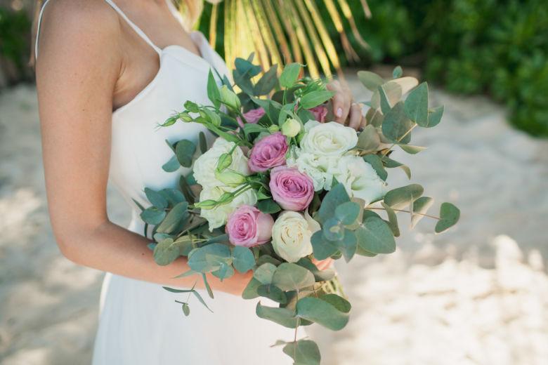 Растрепыш с белыми и розовыми розами и эвкалиптом – WedDesign | Свадьба в Доминикане