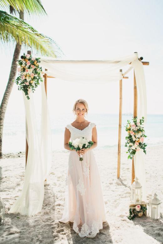 Свадебная арка в стиле Рустик с живыми цветами в пудровых оттенках – WedDesign | Свадьба в Доминикане