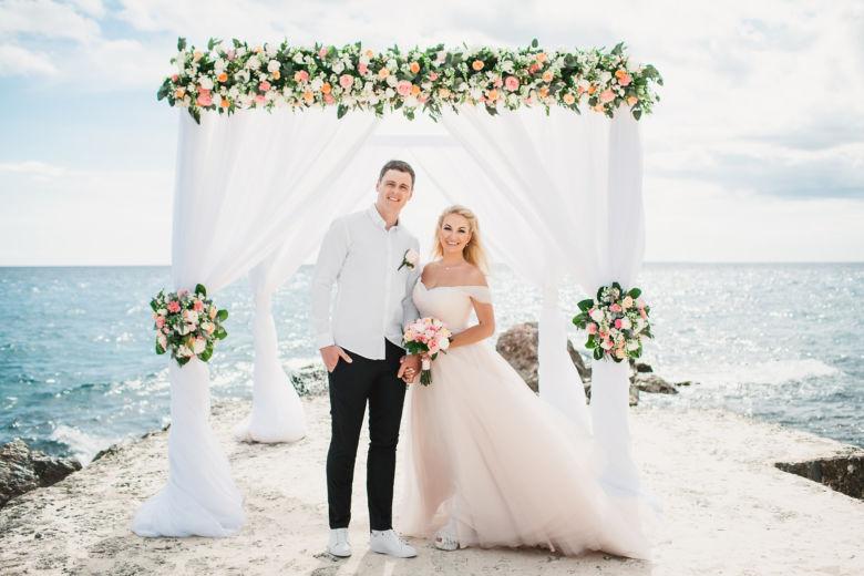 Свадебная арка в белом цвете с живыми цветами на пирсе в ресторане Тракадеро – WedDesign | Свадьба в Доминикане