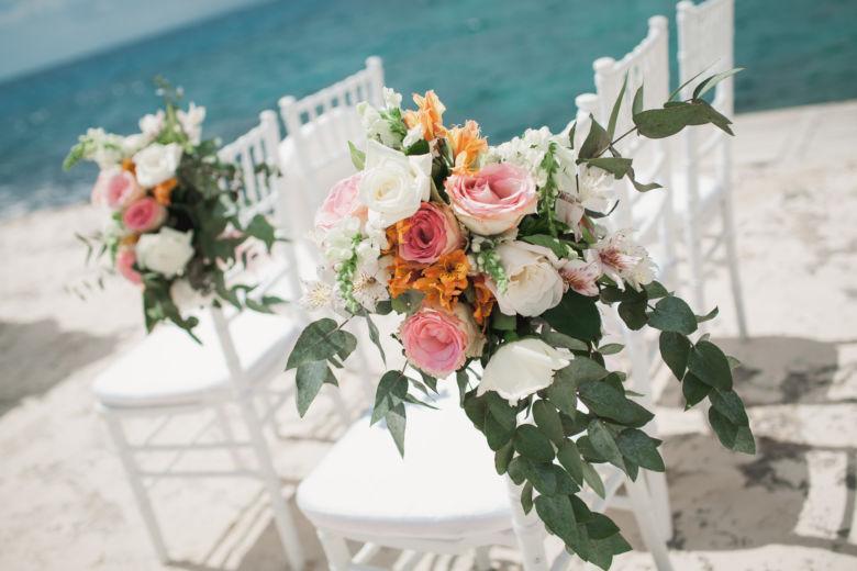 Оформление дорожки из стульев для гостей. Цветочные композиции из живых цветов – WedDesign | Свадьба в Доминикане