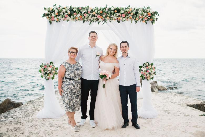 Люкс свадьба с живыми цветами на пирсе в ресторане «Тракадеро» Ольги и Вадима | WedDesign – Свадьба в Доминикане