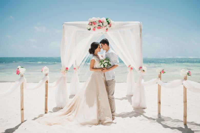 Белая арка с розовыми цветами. Бамбуковые столбики – WedDesign   Свадьба в Доминикане
