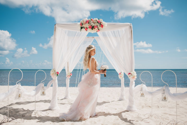 Белая арка с розовыми розами и белыми пионами – WedDesign | Свадьба в Доминикане