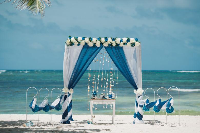 Белый и синий. Длинные белые и синие пионы. Крючки с синими шарами – WedDesign   Свадьба в Доминикане