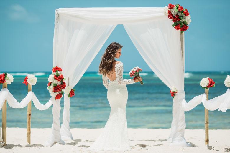 Белая арка с асимметричными красными цветами – WedDesign | Свадьба в Доминикане