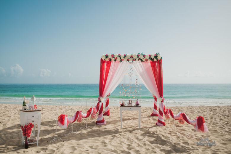 Красный, розовый и белый. Длинные белые и розовые пионы. Стол старинный. Крючки с розовыми шарами – WedDesign | Свадьба в Доминикане