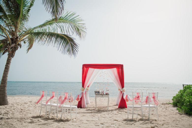 Красный, розовый и белый. Стол старинный. Крючки с розовыми шарами – WedDesign   Свадьба в Доминикане
