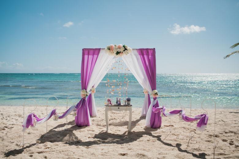 Лиловый и белый. Нежные пионы. Стол старинный. Крючки с фонариками – WedDesign   Свадьба в Доминикане