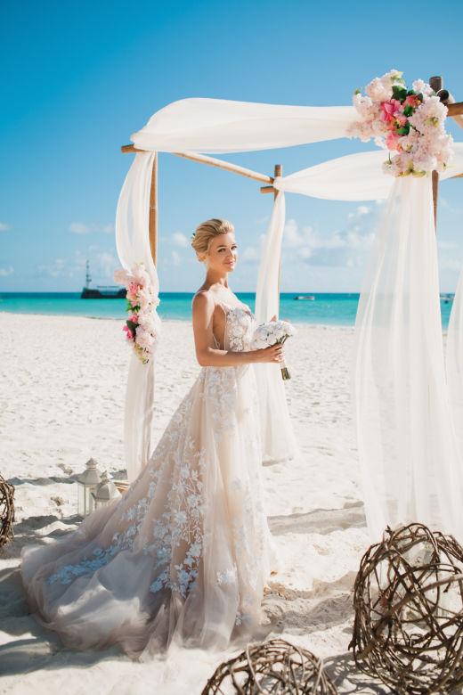 Свадебная арка в стиле рустик с искусcтвенными розовыми цветами и плетенными шарами – WedDesign | Свадьба в Доминикане
