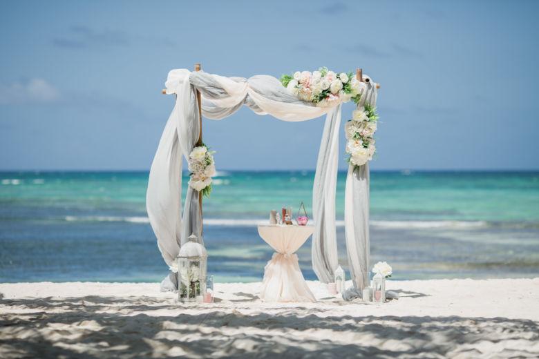 Арка в сером цвете с искусственными цветами – WedDesign | Свадьба в Доминикане