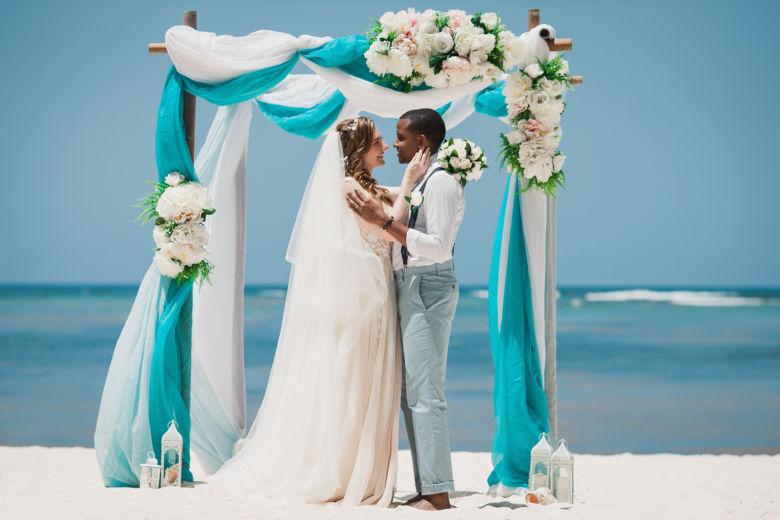 Арка в голубых тоннах с искусственными цветами – WedDesign | Свадьба в Доминикане
