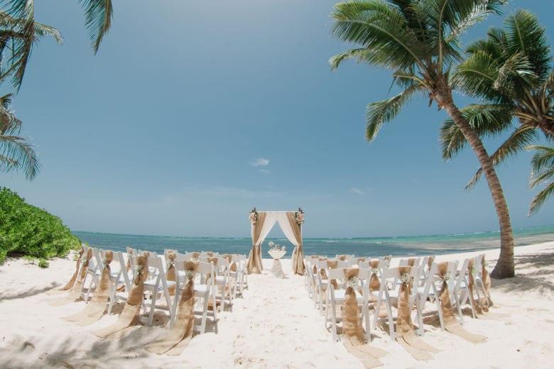 Свадебная арка в стиле Рустик с живыми цветами. Столик круглый с белой тканью – WedDesign | Свадьба в Доминикане