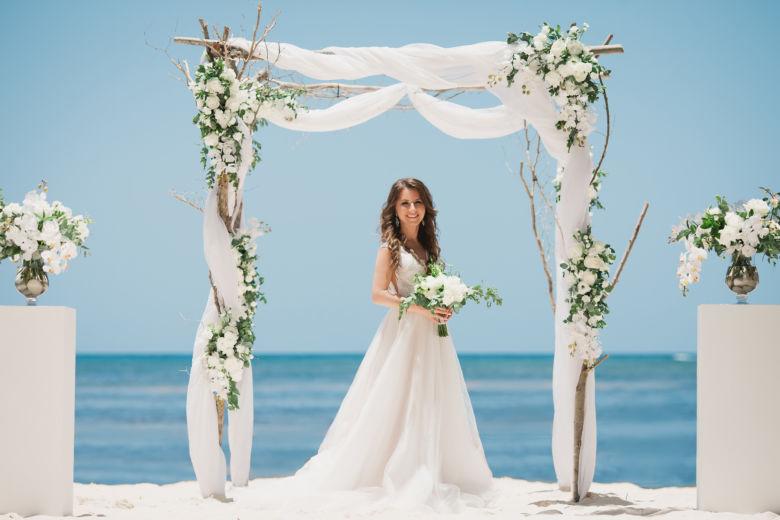 Дизайнерская свадебная арка из дерева и с живыми цветами и орхидеями – WedDesign | Свадьба в Доминикане