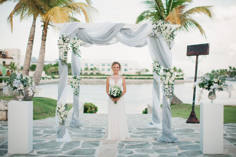 Арка из белого бруса, с живыми цветами и колоннами – WedDesign | Свадьба в Доминикане