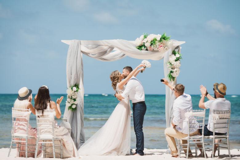 Серая арка из белого бруса с искусственными цветами – WedDesign | Свадьба в Доминикане