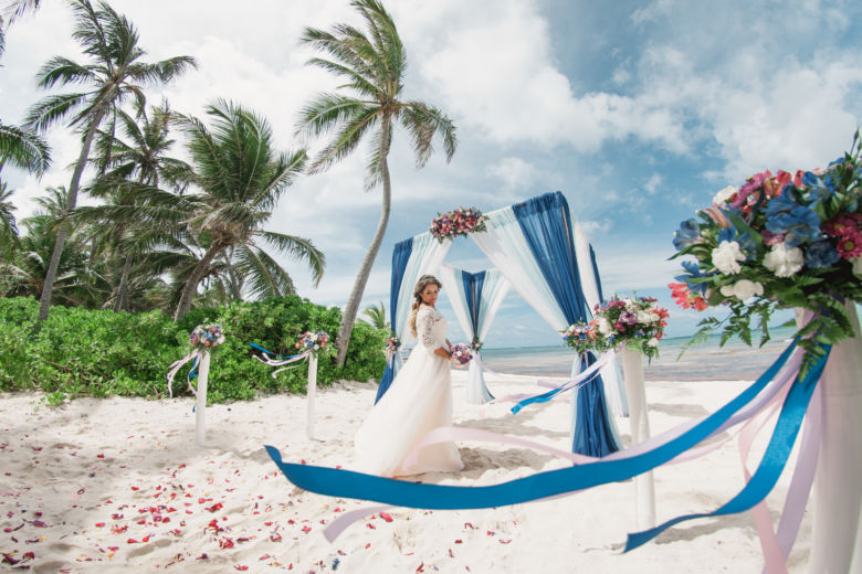 Арка с живыми цветами. Белые столбики с цветочными композициями – WedDesign – Свадьба в Доминикане