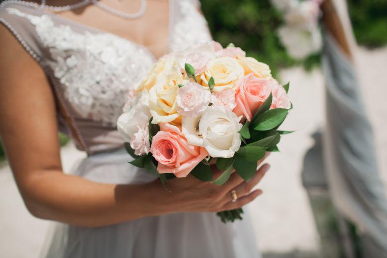 Нежный свадебный букет из роз, гвоздики и рускуса – WedDesign | Свадьба в Доминикане