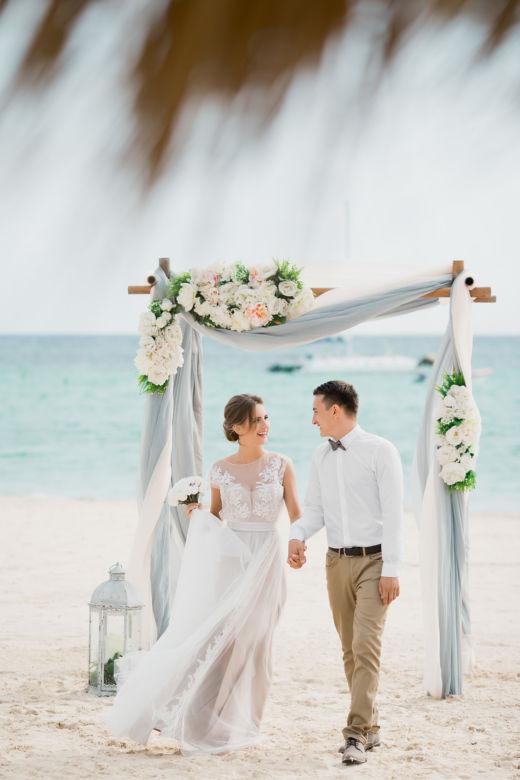 Арка в сером цвете с искусственными цветами – WedDesign – Свадьба в Доминикане