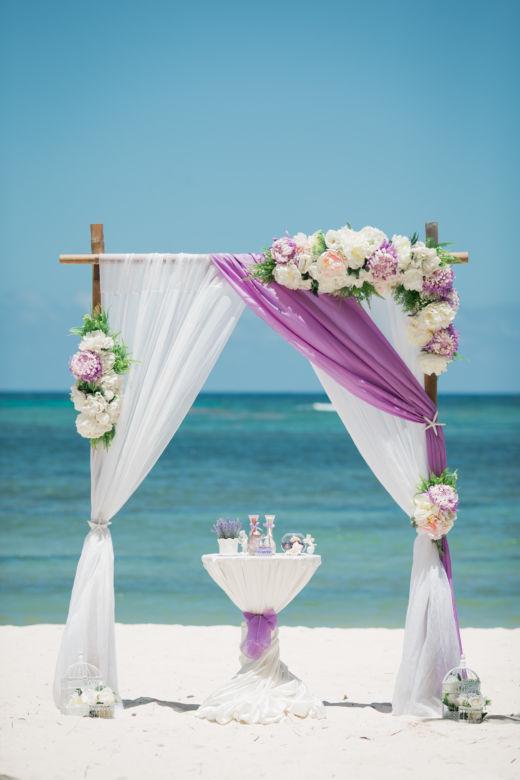 Арка с искусственными цветами в сиреневом цвете – WedDesign – Свадьба в Доминикане