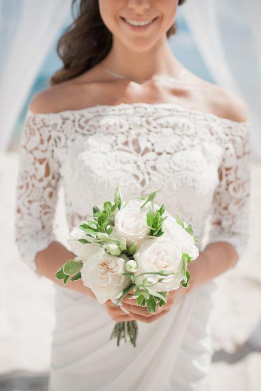Букет круглой формы с белыми розами и эустомой | WedDesign – Свадьба в Доминикане