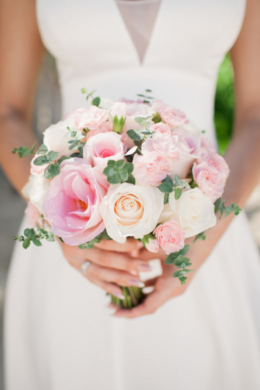 Нежный букет невесты из роз, кустовой гвоздики и эвкалипта – WedDesign – Свадьба в Доминикане