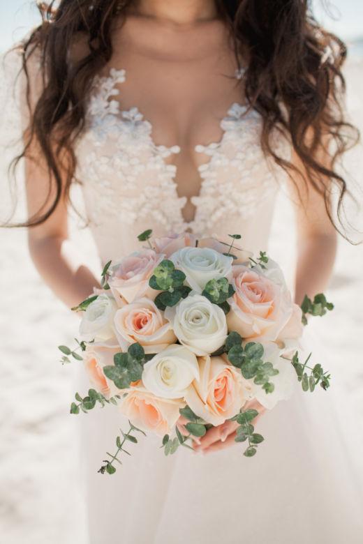 Букет из роз и эвкалипта для невесты – WedDesign – Свадьба в Доминикане
